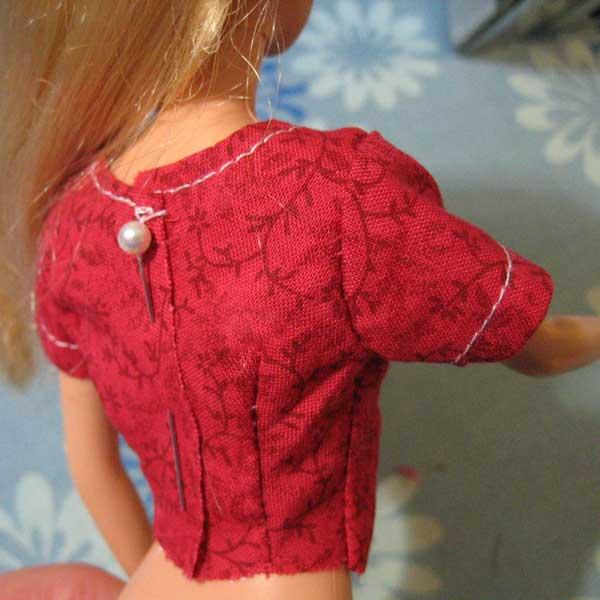 Vista posterior de diseño del vestido de Barbie con dardos en