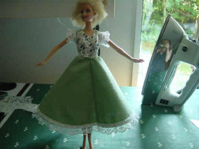 Vestido de Barbie con flores y falda verde con bordes de encaje de patrones para imprimir gratis para coser a ti mismo